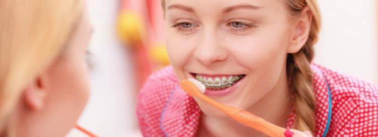 آموزش مسواک زدن و نخ دندان کشیدن در ارتودنسی برای سلامتی دندان