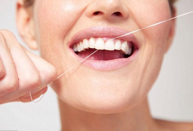 آموزش کشیدن نخ دندان برای درآوردن ذرات غذا وجلوگیری از رشد باکتری